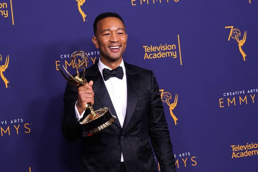 John Legend com troféu na mão