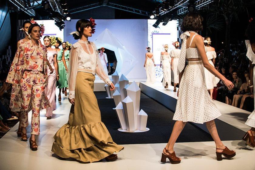 c2a61bc75 ... Vogue Fashion's Night Out. Com presença vip de Ellen Jabour na  passarela, a grife brasiliense apostou nas rendas e estampas florais para a  coleção ...