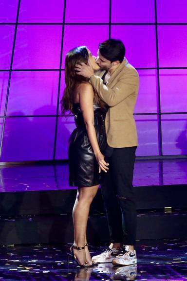 Anitta ganha beijo de Leandro Martins