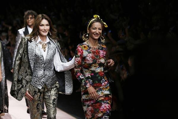 a3b0362f83 Salvar Carla Bruni e Marpessa Hennink na passarela da Dolce & Gabbana