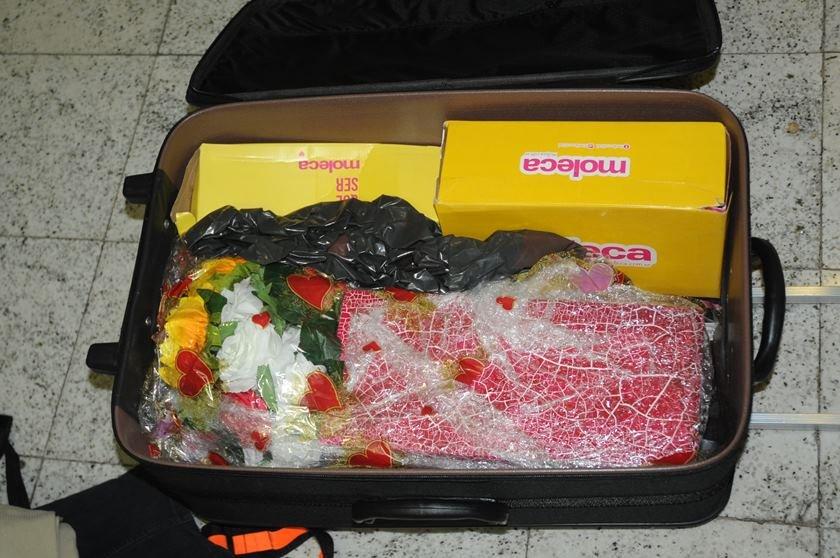Vaso com flores dentro da bagagem