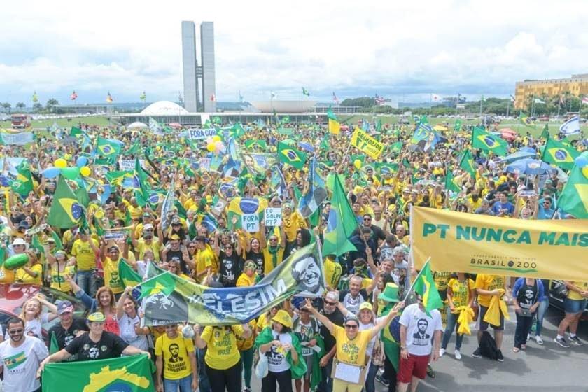 """Manifestação pela """"Educação"""" em Brasília está flopando: Vídeo mostra baixa aderência da população e várias bandeiras vermelhas comunistas"""