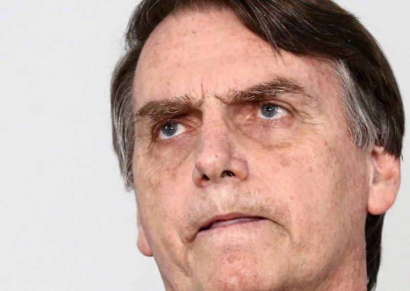 Bolsonaro recebe faixa-preta simbólica do mestre de jiu-jitsu Robson Gracie