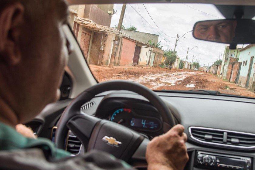 Motorista Uber dentro do carro