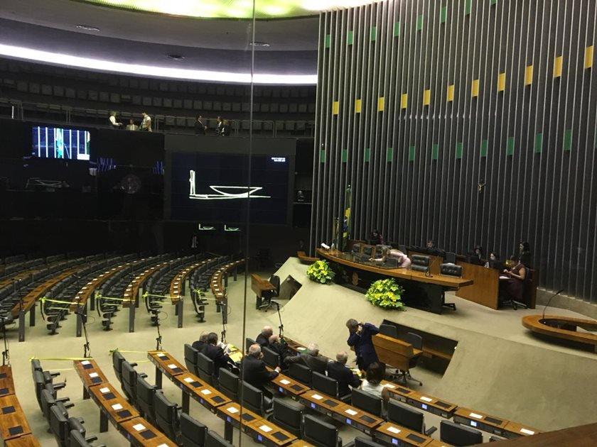 Plenário da Câmara à espera de Bolsonaro