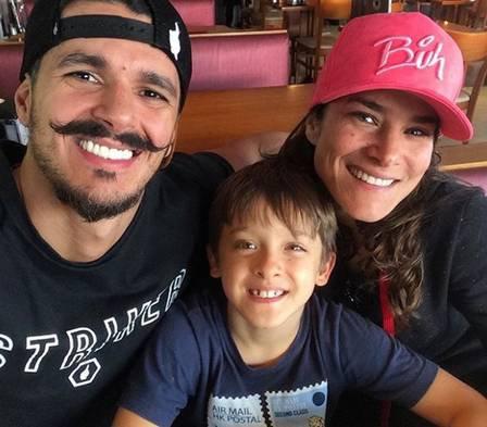 PriscilaFantin com filho e noivo Instagram