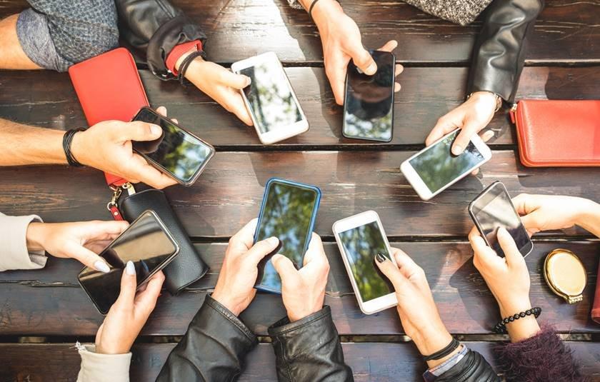 Várias pessoas com smartphones nas mãos
