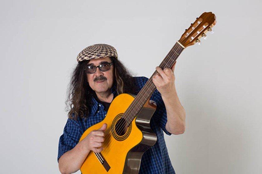 Moraes Moreira com violão