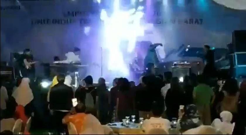 Resultado de imagem para ídeo mostra momento em que onda gigante atinge palco, matando integrantes da banda e espectadores