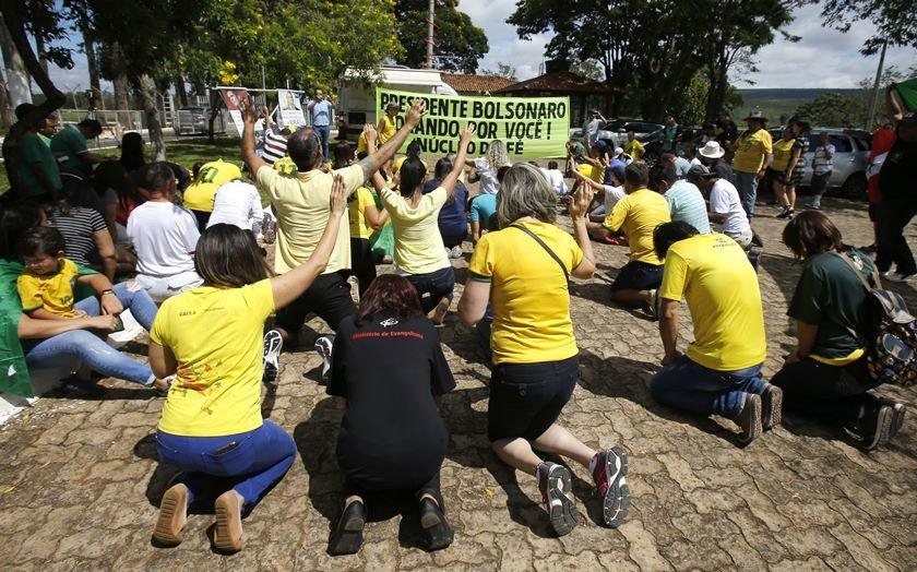Resultado de imagem para Evangélicos fazem oração por Bolsonaro na Granja do Torto