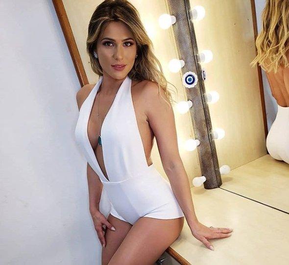 Lívia Andrade posa nua e manda indireta para ministra