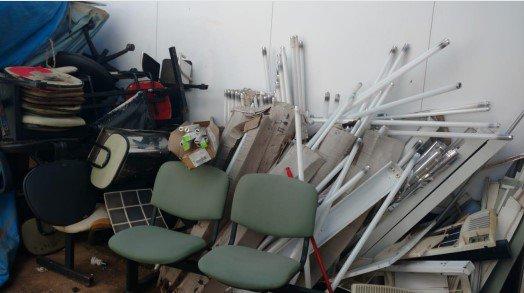 Entulho de materiais quebrados e inservíveis atrás da unidade