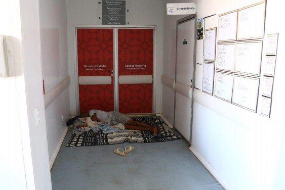 Pessoa dorme na recepção