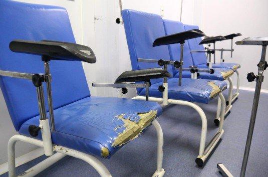 Há-cadeiras-desgastadas-e-rasgadas1