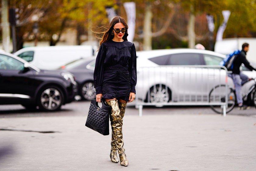 ed5c9b03e Entre as tendências, estão os estilos western e over the knee, além das  estampadas, coloridas e brancas