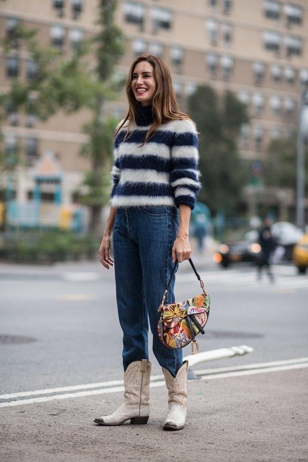 d6455ac799 Salvar Nas ruas de Nova York, a bota western foi usada com jeans e casaco  felpudo