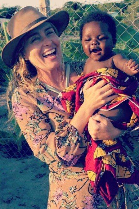 Luciano Huck faz doações a crianças africanas e comove internet 65e79750efcdc
