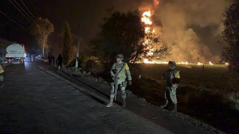 MEX - MÉXICO/ACIDENTE/INCÊNDIO - INTERNACIONAL - Imagem fornecida pela Secretaria Nacional de Defesa do México mostra militares isolando   área onde um duto de gasolina da Petróleos Mexicanos (Pemex) explodiu em Tlahuelilpan, no   estado mexicano de Hidalgo, na noite de ontem (18). Pelo menos 21 pessoas morreram e mais   de 70 ficaram feridas após a explosão, seguida de um incêndio.     19/01/2019 - Foto: AP/Secretaria Nacional de Defesa/ASSOCIATED PRESS/ESTADÃO CONTEÚDO