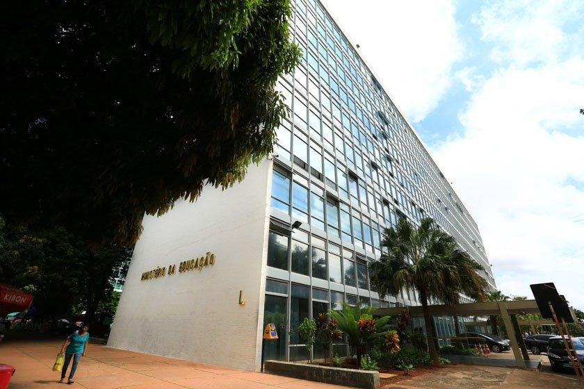 MEC vai cortar recurso da Capes e federais terão mesmo orçamento