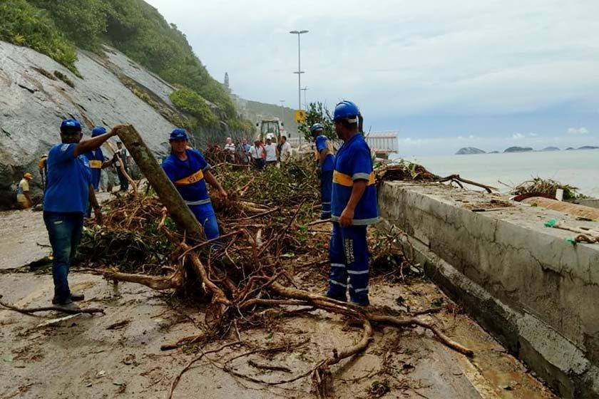 DESLIZAMENTO DE TERRA ATINGE 'NIBUS E DUAS PESSOAS EST√O DESAPARECIDAS NO RIO.