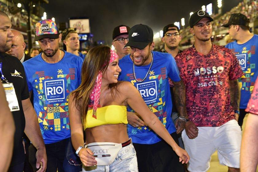 Neymar anitta e outros na sapucai no rio de janeiro Priscila Fantin beija muito seu namorado no camarote