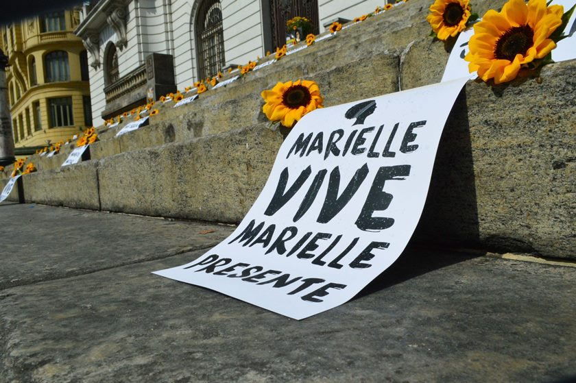 ATO PÚBLICO EM FRENTE À CÂMARA MUNICIPAL DO RIO LEMBRA UM ANO DA MORTE DE MARIELLE