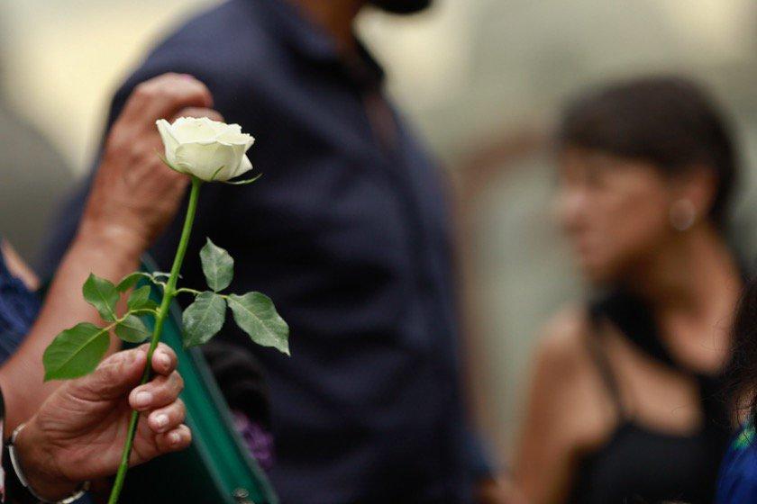 detalhe flor, enterro Samuel - vítima chacina em Suzano