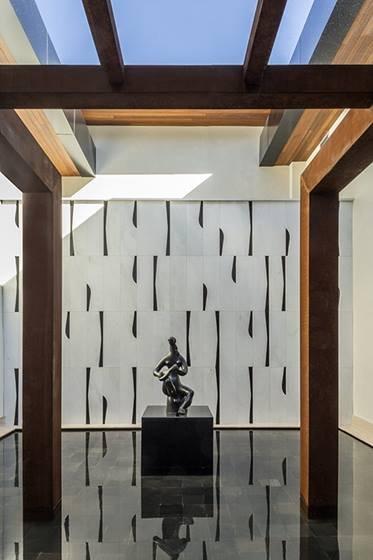 Espelho d agua tendo ao fundo paonel de Athos Bulcão e escultura flutuante de Sônia Ebling -Crédito fotos Edgard César
