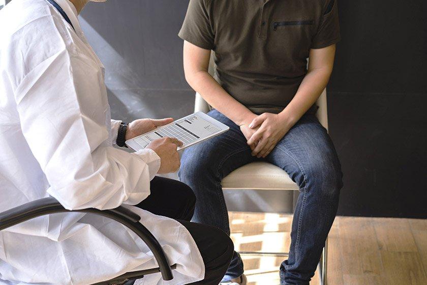 homem sentado no médico