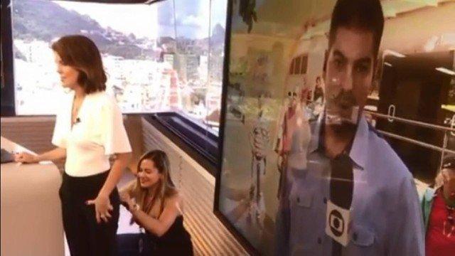 99677714c Apresentadora da TV Globo precisa ter calça costurada durante jornal