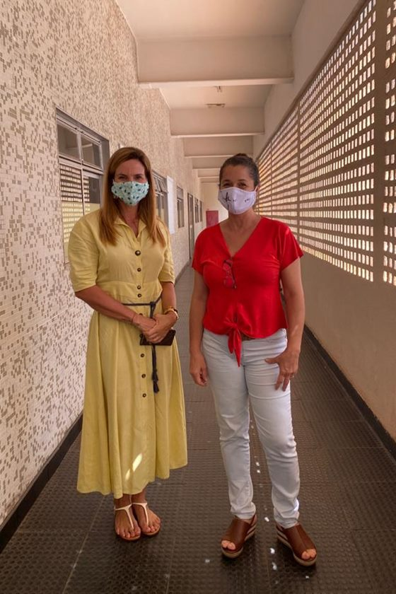 Claudia Salomão em ação de entrega de máscaras próprias ao Ceallp