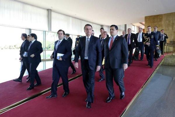 Bolsonaro com grupo durante viagem aos EUA