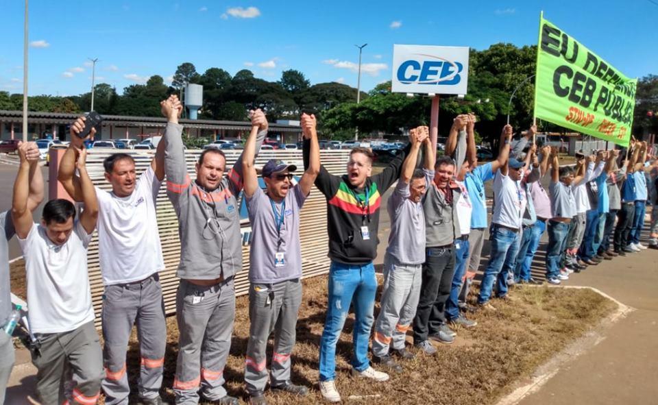 Contra privatização, trabalhadores dão abraço simbólico na CEB