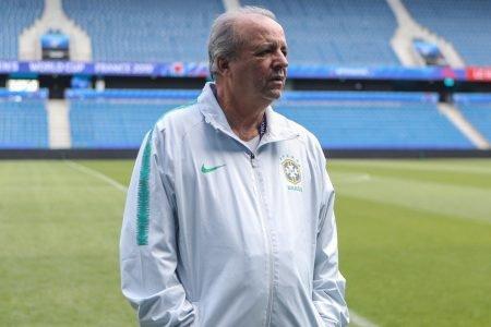 Vadão com o casaco da Seleção Brasileira