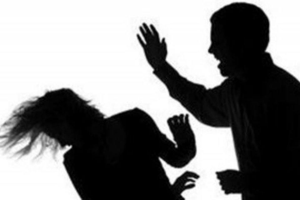 sombra de homem batendo em mulher
