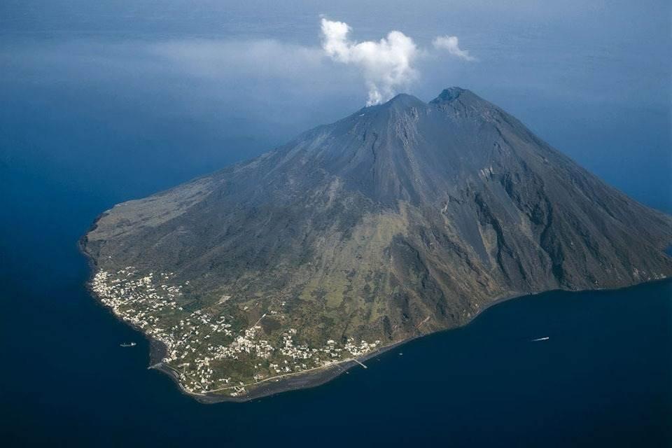 Vulcão entra em erupção, mata italiano e deixa brasileiro ferido