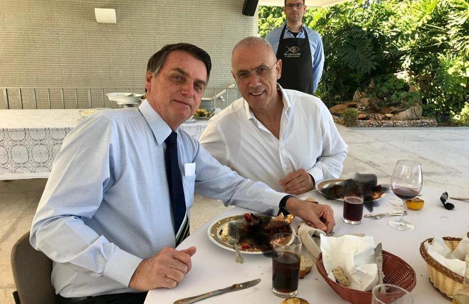 Resultado de imagem para Bolsonaro almoça lagosta, mas esconde em publicação