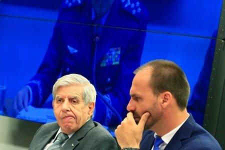 General Augusto Heleno ao lado de Eduardo Bolsonaro
