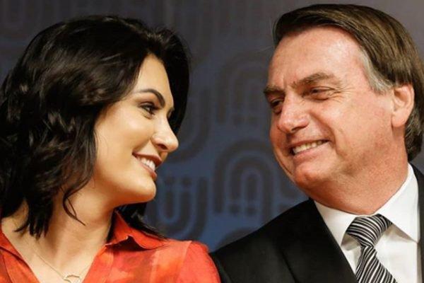 Michelle e Jair Bolsonaro se olham sorrindo