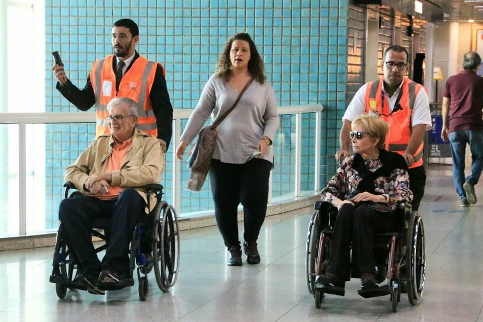 De cadeiras de rodas, Tarcísio Meira e Glória Menezes aparecem juntos