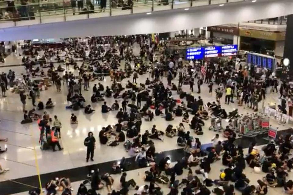 Manifestantes bloqueiam aeroporto de Hong Kong e 40 são presos