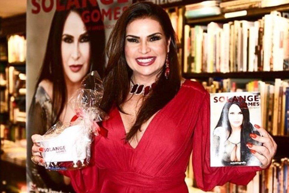 Solange Gomes divulga livro