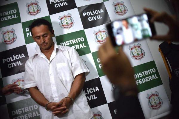 preso sendo fotografado