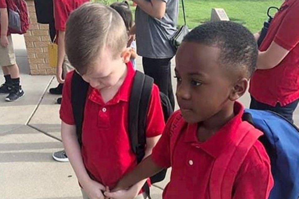 Menino consola colega autista que chorou no 1º dia de aula nos EUA