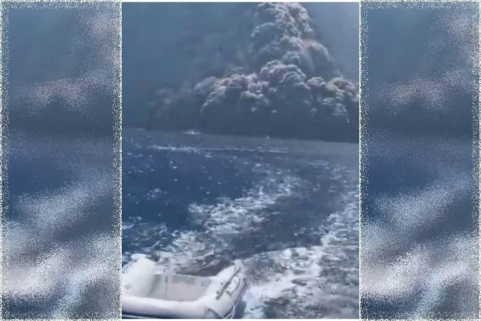Vídeo. Erupção de vulcão faz iate fugir de coluna de fumaça e pedras