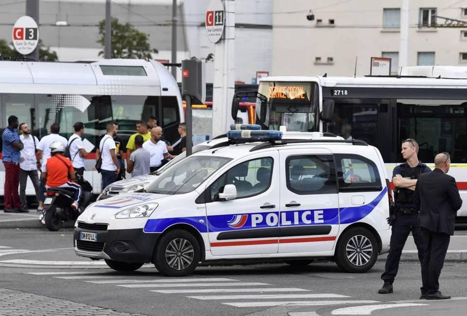 Homem com faca ataca pessoas na França: 8 feridos e 1 morto