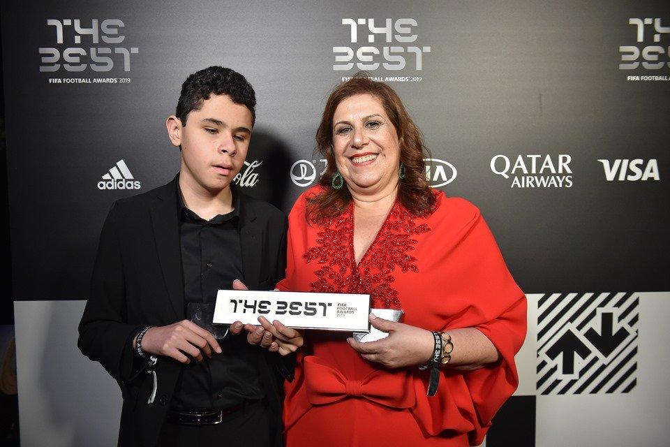 Resultado de imagem para fotos Mãe que narrou jogo para filho cego é finalista do Prêmio Fifa de melhor torcedora