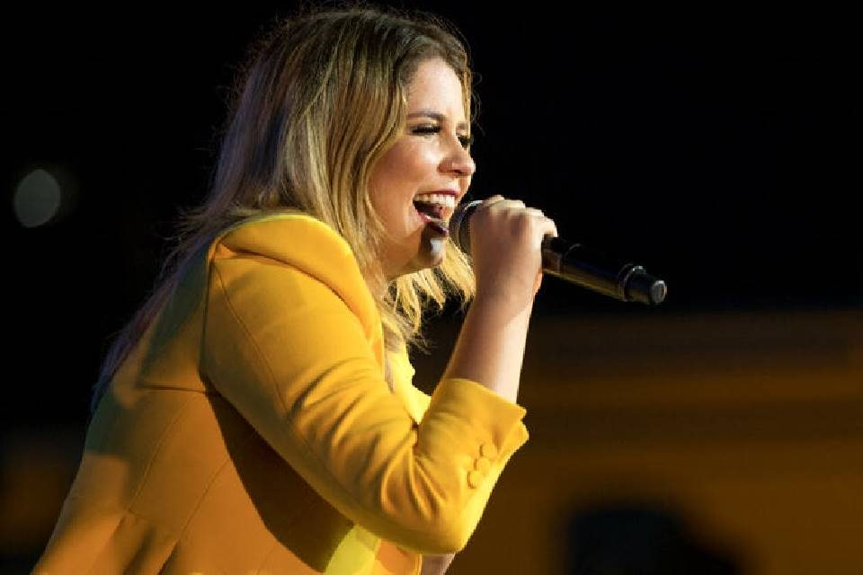Marília Mendonça cantando