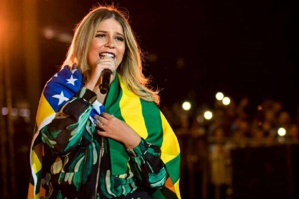 Marília Mendonça com bandeira do Brasil
