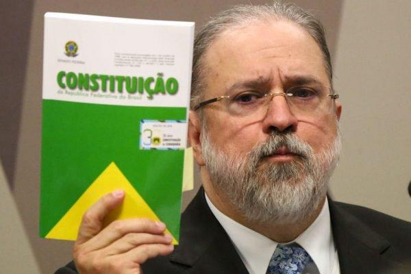 Augusto Aras, PGR, segura a Constituição Federal